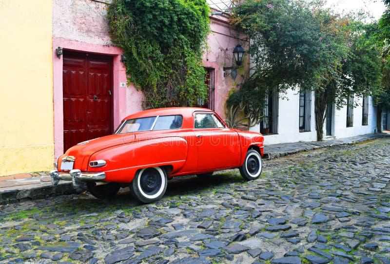 Carro clássico em uma rua de Colonia, Uruguai foto de stock
