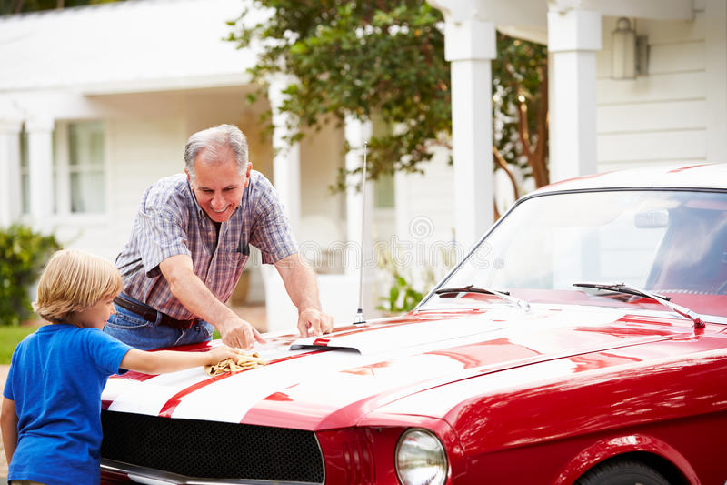 Carro clássico restaurado limpeza do avô e do neto fotos de stock