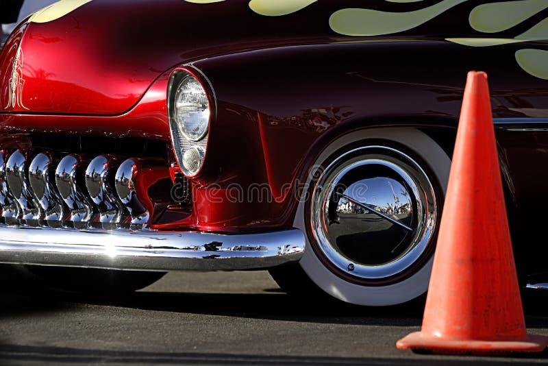 Carro clássico: Vermelho, flamas & cromo com cone do tráfego fotografia de stock royalty free
