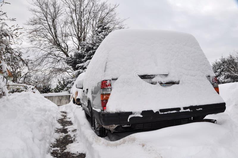 Carro coberto com a neve imagens de stock royalty free