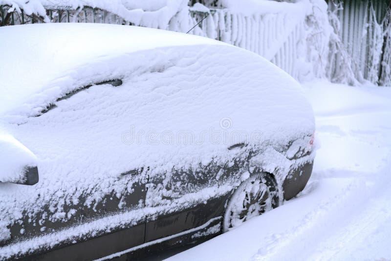 Carro coberto com a neve branca fresca O carro congelado cobriu a neve no dia de inverno, no para-brisa da janela dianteira da vi fotos de stock