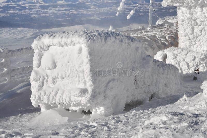 Carro coberto com a neve no inverno fotografia de stock