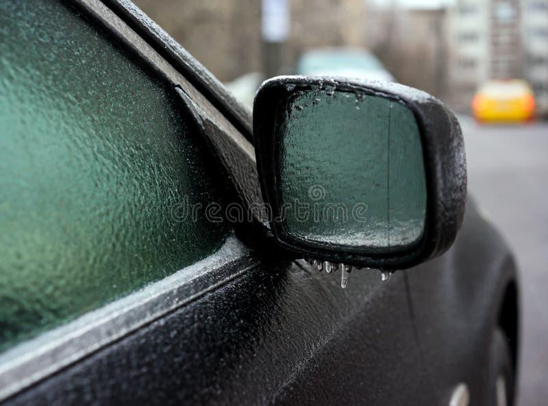 Carro coberto com o gelo após a chuva de congelação fotos de stock royalty free