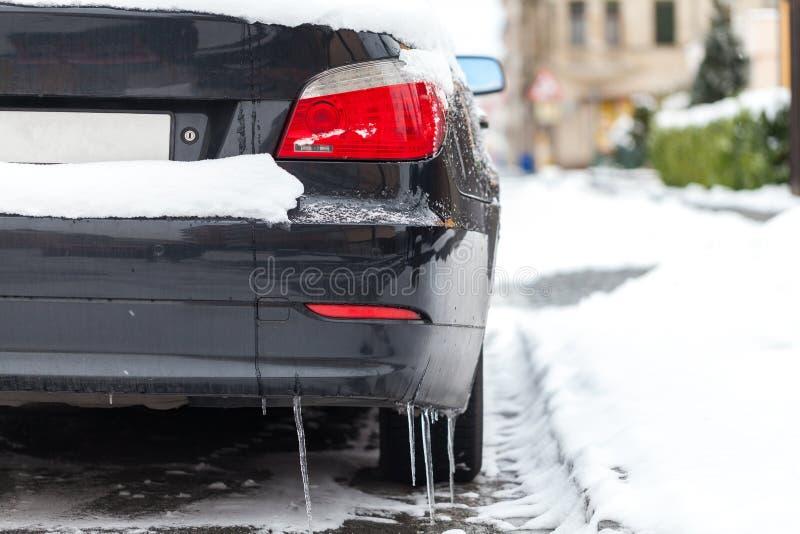 Carro coberto de neve estacionado na borda da estrada imagens de stock royalty free