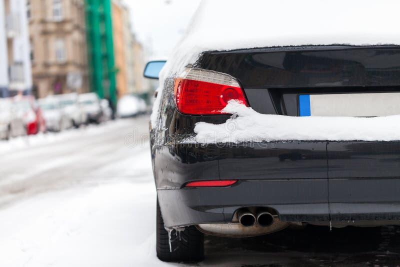 Carro coberto de neve estacionado na borda da estrada foto de stock