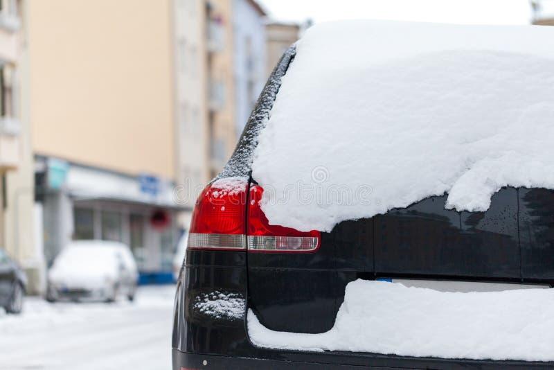 Carro coberto de neve estacionado na borda da estrada fotografia de stock royalty free
