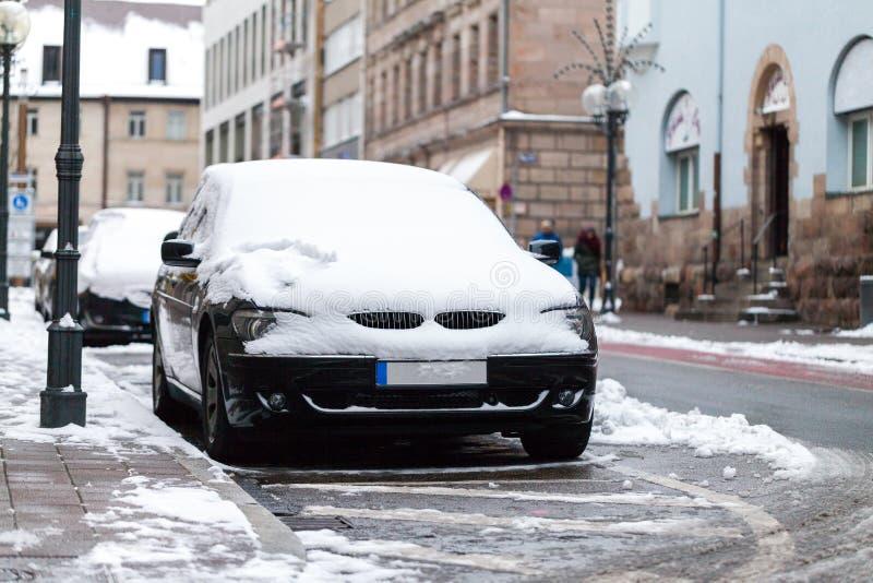 Carro coberto de neve estacionado na borda da estrada imagem de stock