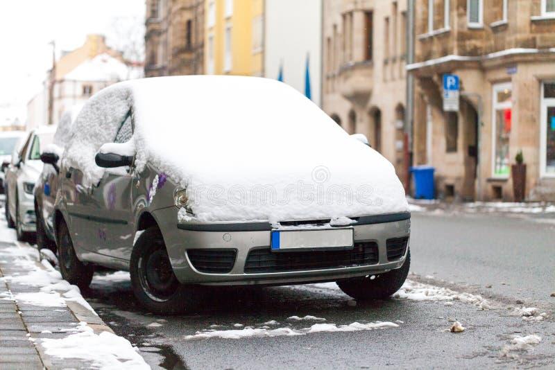 Carro coberto de neve estacionado na borda da estrada imagens de stock