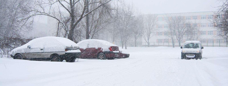 Carro coberto na neve fotografia de stock