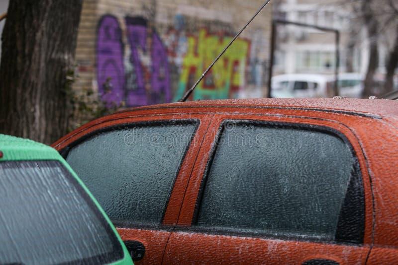 Carro coberto no gelo após a chuva de congelação foto de stock royalty free