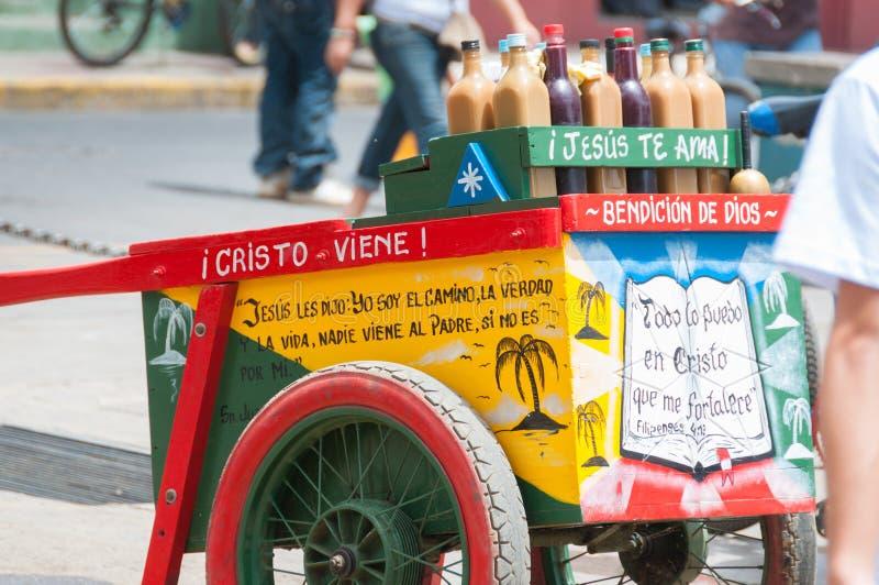 Carro colorido con las bebidas para la venta y foto de archivo
