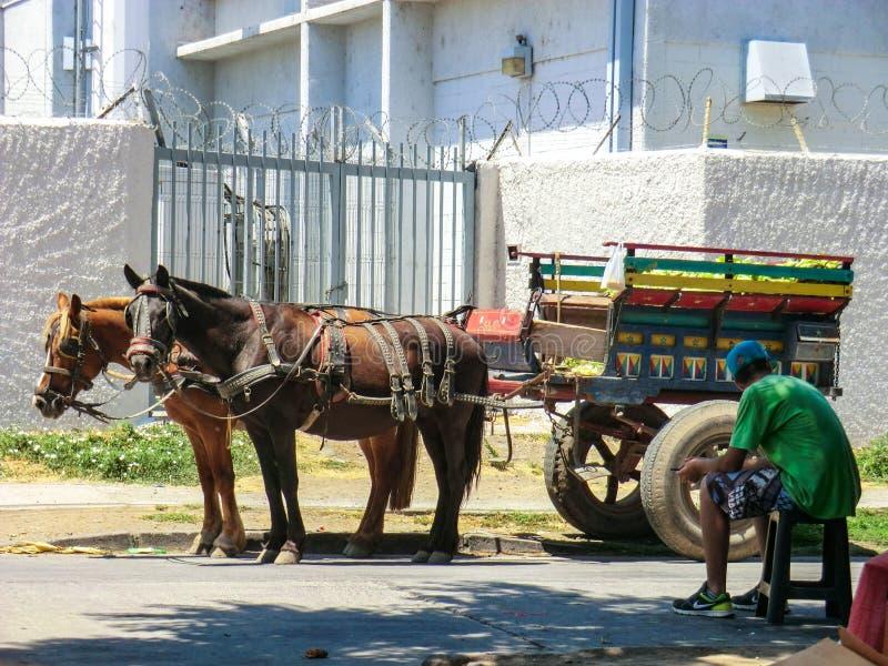 Carro colorido del transporte en el pueblo de San Felipe en Chile imagen de archivo