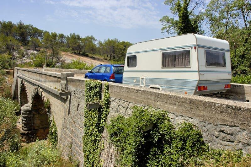 Carro com a caravana na ponte imagens de stock royalty free