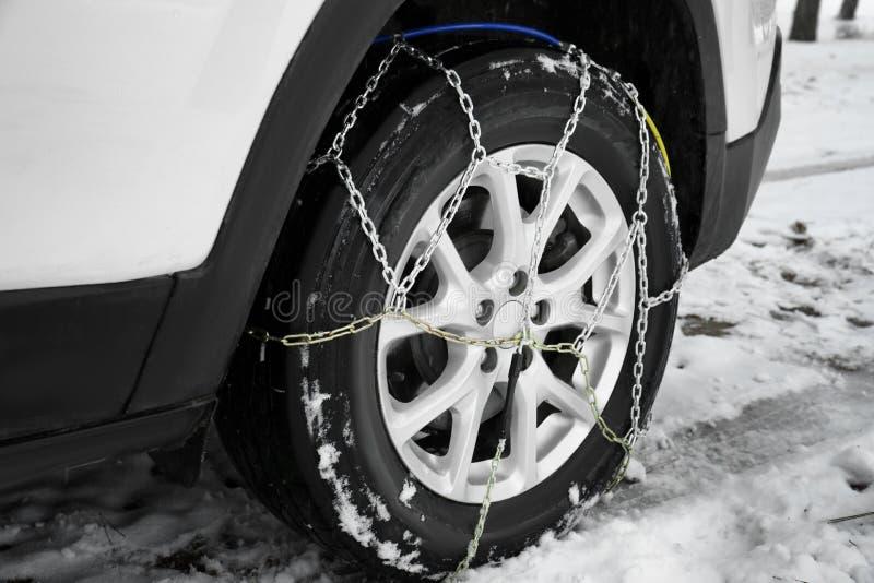 Carro com a corrente de neve no pneu, close up fotos de stock royalty free