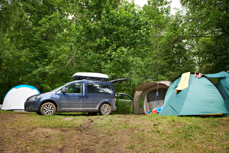 Carro com grade de tejadilho e barracas de acampamento foto de stock royalty free