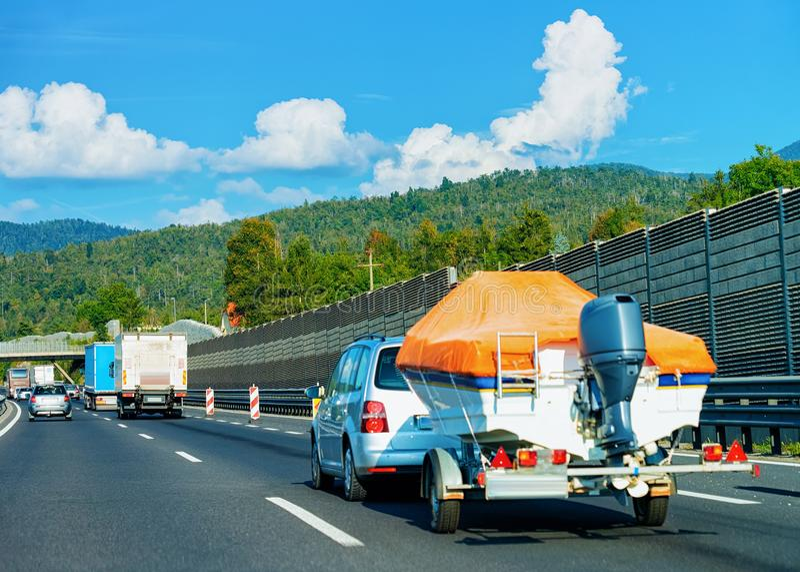 Carro com o barco de motor na estrada Motorhome da caravana na viagem no Eslovênia imagens de stock royalty free