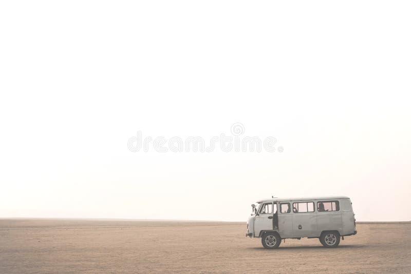 Carro com os turistas no deserto na ilha de Olkhon O Lago Baikal, russo Sibéria foto de stock royalty free