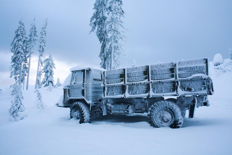 Carro congelado paisagem do inverno em coberto de neve com geada no frio foto de stock