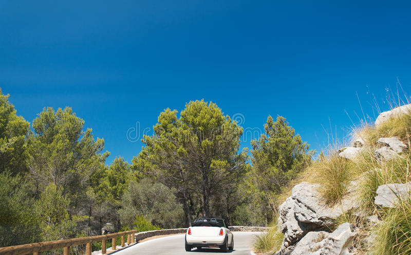 Carro convertível na estrada foto de stock royalty free
