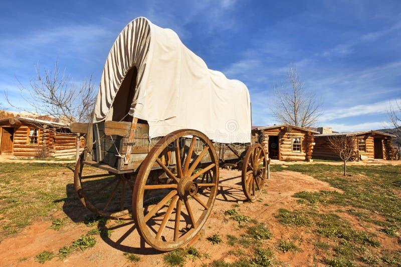 Carro cubierto en un pueblo de los pioneros imagen de archivo libre de regalías
