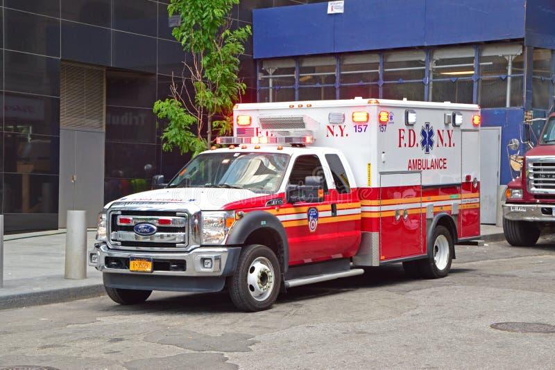 Carro da ambulância de serviços médicos da emergência de New York do departamento dos bombeiros no dever imagem de stock