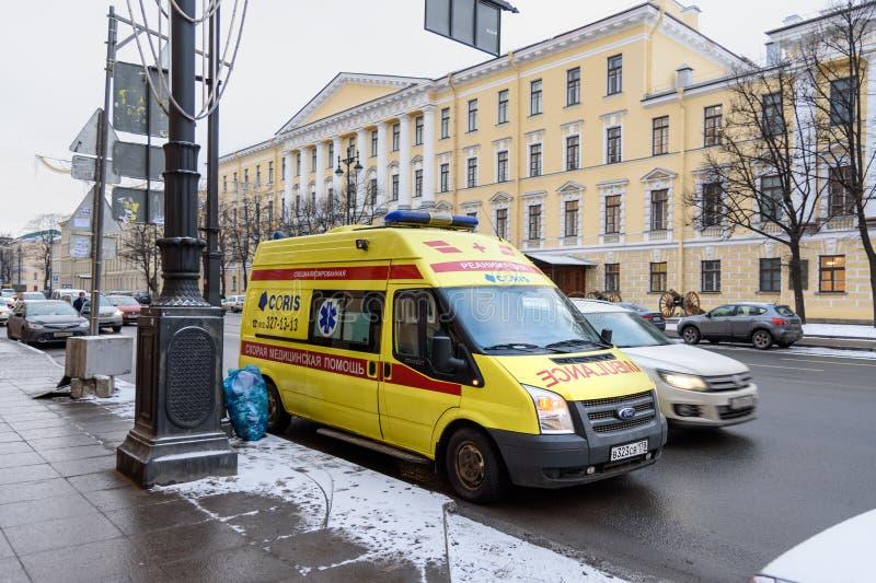 Carro da ambulância na rua em St Petersburg, Rússia fotos de stock