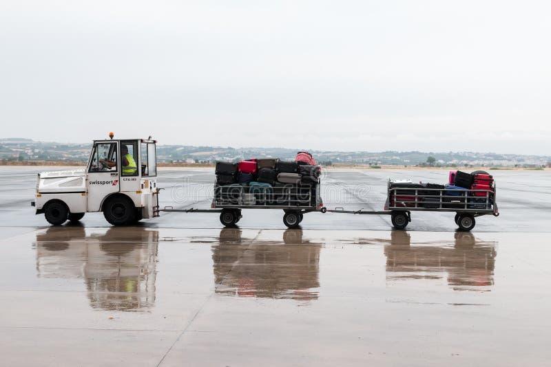 carro da bagagem na pista de decolagem do aeroporto Macedônia um o dia chuvoso foto de stock royalty free