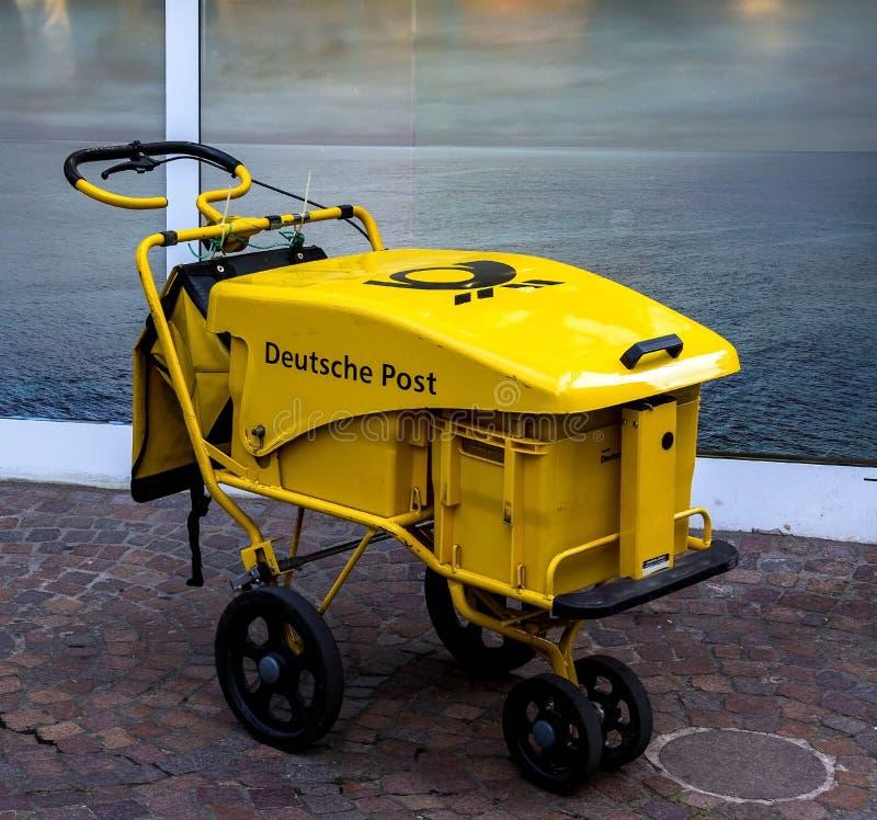 Carro da entrega de correio do carteiro no amarelo para a entrega a domicílio foto de stock