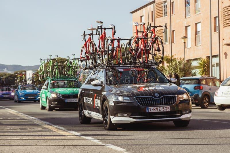Carro da equipe da estrada de Volta que dá um ciclo em Catalonia na fase 2 de Mataro a Sant Felui de Quixols 26 03 Espanha 2019 fotografia de stock royalty free