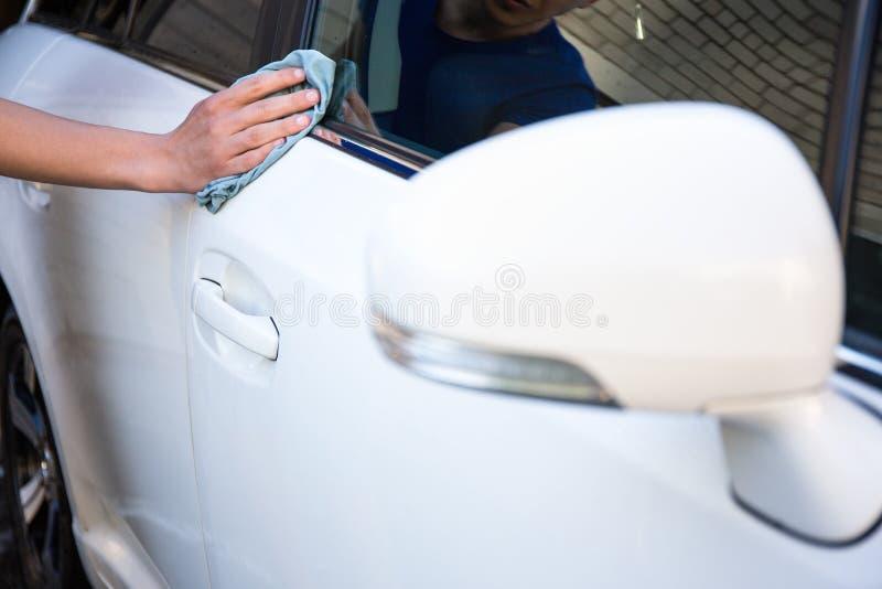 Carro da limpeza do homem com pano do microfiber fotografia de stock