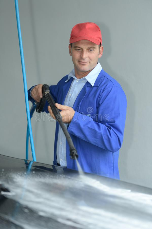 Carro da limpeza do trabalhador com limpeza de alta pressão fotografia de stock