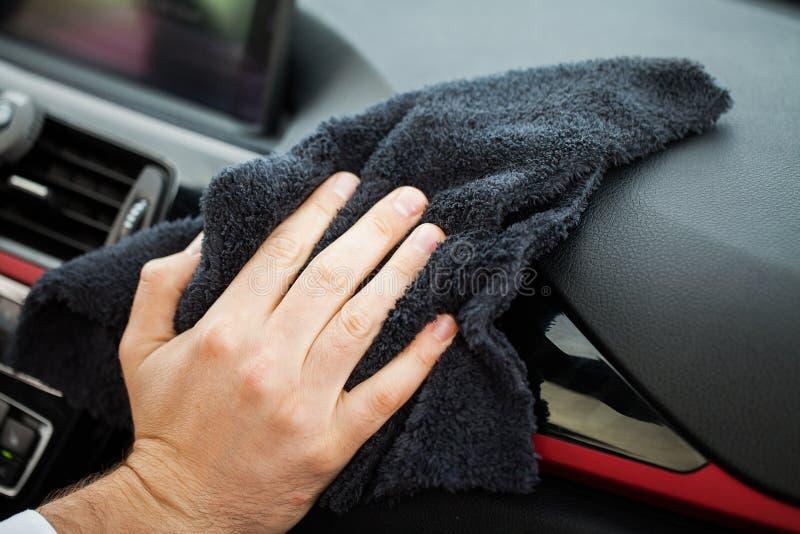 Carro da limpeza Mão com interior do carro da limpeza de pano do microfiber foto de stock