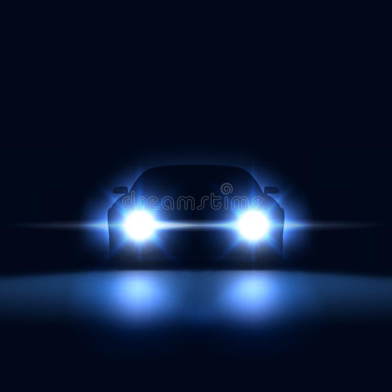 Carro da noite com os faróis brilhantes que aproximam-se na obscuridade, silhueta do carro com os faróis do xênon na sala de expo ilustração royalty free