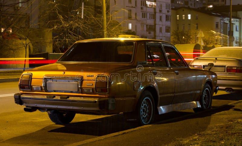 Carro da noite do vintage no Midtown imagens de stock