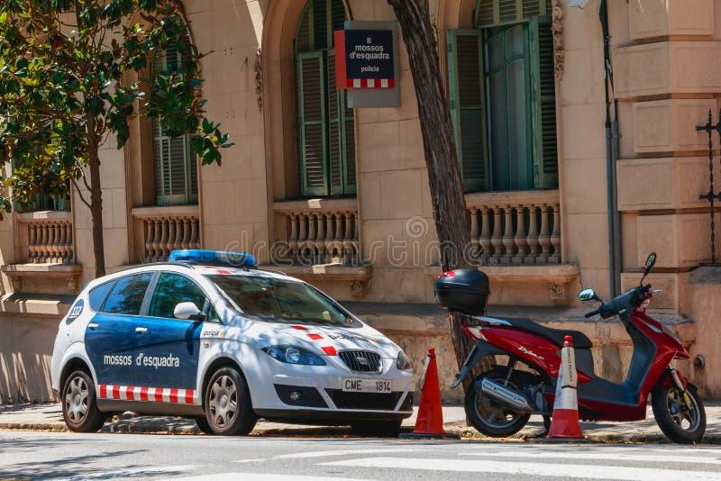 Carro da polícia estacionado na frente de uma delegacia pequena fotografia de stock royalty free