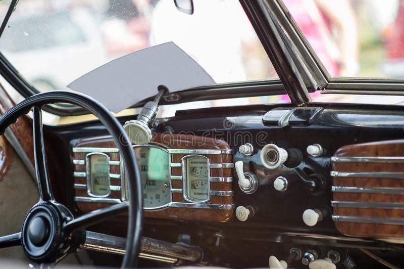 carro da roda dos mediados do s?culo XIX tiro Interior do carro velho com r?dio e chaves de controle Interior dentro da m?quina s imagem de stock royalty free