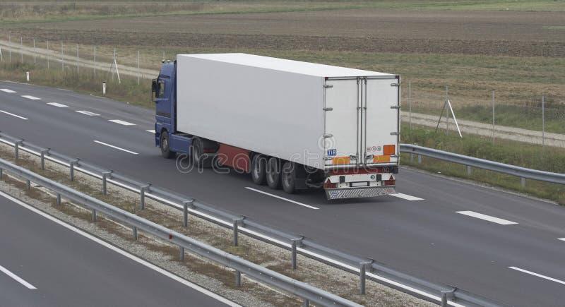 Carro de acoplado grande en la carretera fotografía de archivo
