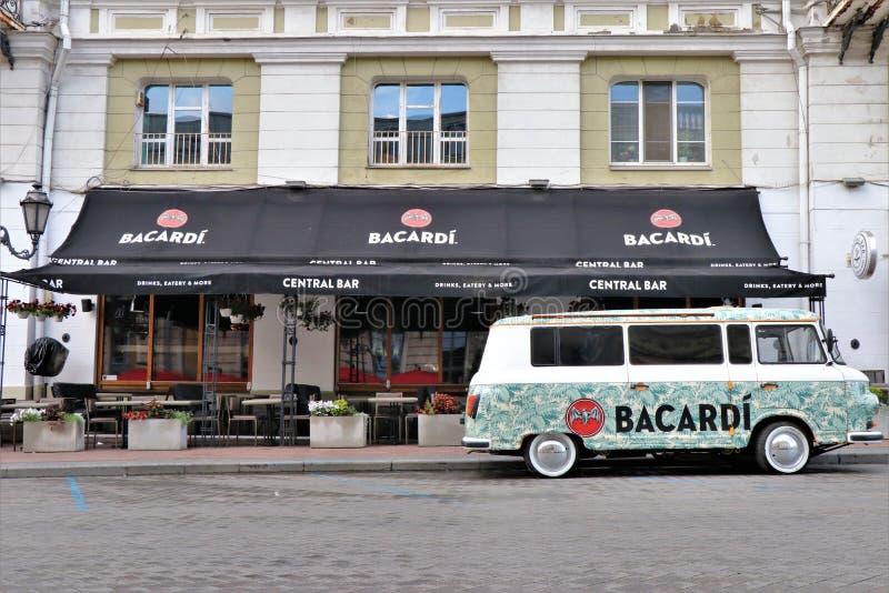 Carro de Adversiting/mini camionete, com um patrocinador de Bacardi Localizado na frente de um clube chamou Bacardi barra central fotos de stock royalty free