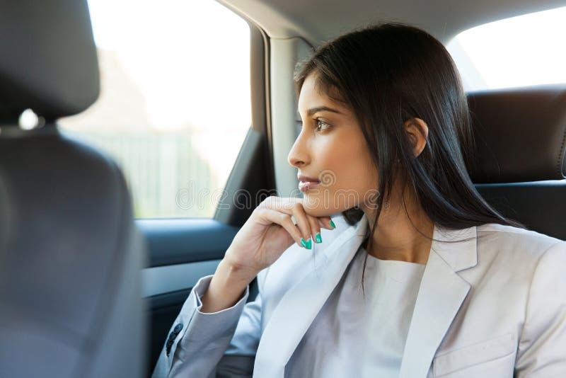 Carro de assento da mulher de negócio foto de stock royalty free