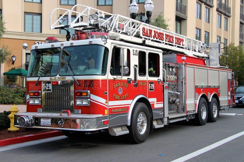 Carro de bombeiros americano estacionado perto de uma construção residencial fotos de stock royalty free