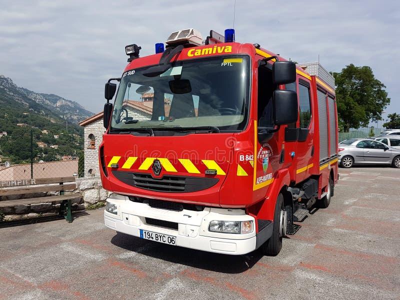 Carro de bombeiros francês Renault Parked In Front Of o quartel dos bombeiros fotografia de stock