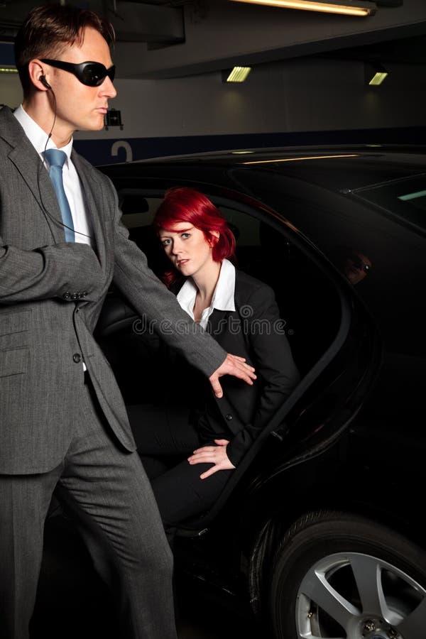 Carro de Chick Getting Out Of The da máfia imagem de stock