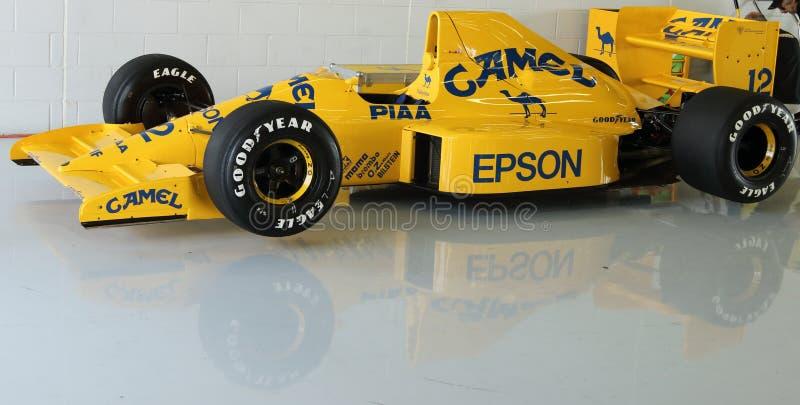 Carro de competência clássico da fórmula 1 na garagem foto de stock royalty free