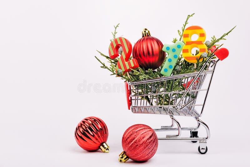 Carro de compra com as caixas de presente coloridas fotografia de stock