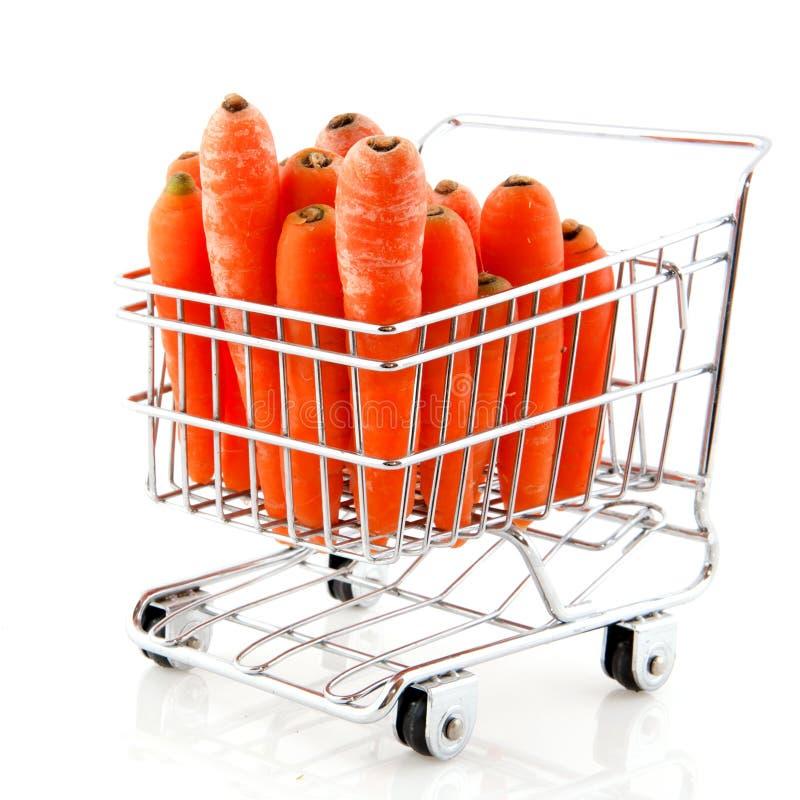 Carro de compra com cenouras imagens de stock royalty free