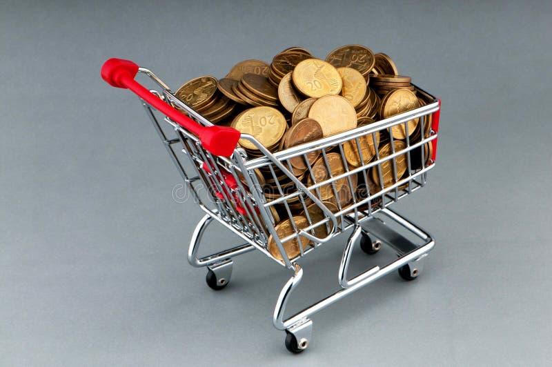 Carro de compra com moedas fotografia de stock royalty free