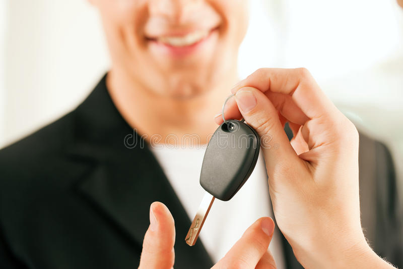 Carro de compra do homem - chave que está sendo dada fotografia de stock royalty free