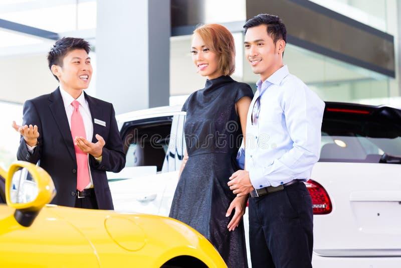 Carro de compra dos pares asiáticos no negócio fotos de stock