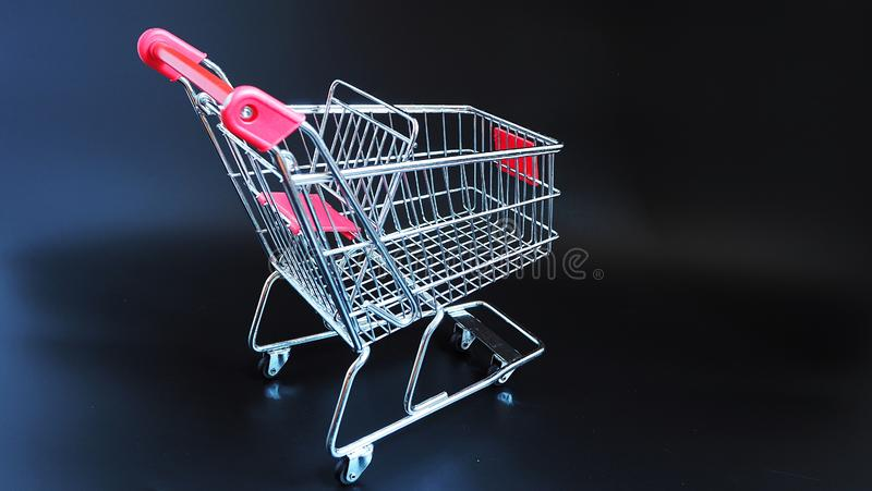 Carro de compra no fundo preto foto de stock royalty free