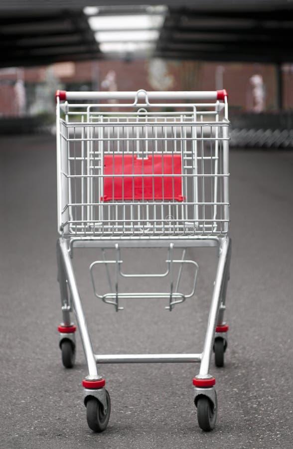 Carro de compra no lote de estacionamento imagem de stock